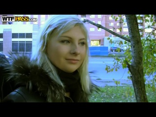 Русские парни цепанули милую блондинку и трахнули на балконе